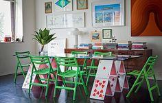 Criação do arquiteto Mauricio Arruda, a mesa de jantar Baralho tem leveza e humor. As cadeiras verdes de Jasper Morrinson são perfeitas para o móvel