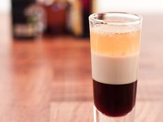 This shooter recipe prepares a grand old style shot that has its classic three layers. Unlike its flaming version, this does not require top layer of rum. Baileys Original Irish Cream, Baileys Irish Cream, Cocktail Recipes At Home, Drink Recipes, Apple Pie Shots, Mudslide Drink, Shooter Recipes, Raspberry Vodka, Vodka Lemonade