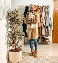 At times some trends seem not to work with many life styles but this fall/winter season is rich of wearable trends that suit many life styles and various Stylish Hijab, Hijab Chic, Hijab Casual, Street Hijab Fashion, Muslim Fashion, Abaya Fashion, Modest Fashion, Hijabs, Cold Weather Dresses