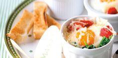 Zapečená vajíčka se špenátem, šunkou a sýrem