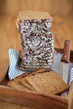 Rezept für ein einfaches Malzbierbrot. Es schmeckt absolut lecker, hat eine lockere Krume und ist ganz einfach zu backen. Es hält sich lange frisch und saftig. Das Malzbierbrot ist durch die unkomplizierte Zubereitungsweise prima als Alltagsbrot geeignet. Vegan möglich.