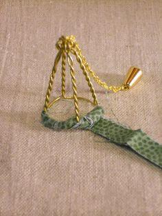 Malli 1   Siro kynttiläkruunu sopii jokaiseen nukkekotiin.                     Tarvikkeet  kuohuviinipullon korkin metalliosa  vih...