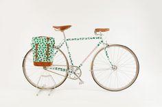 Eley Kishimito x Tokyo Fixed Bike Un vélo au motif verdoyant et à la sacoche assortie dessiné par le duo de designers Mark Eley et Wakako Kishimito, et fabriqué pat Tokyo Fixed.
