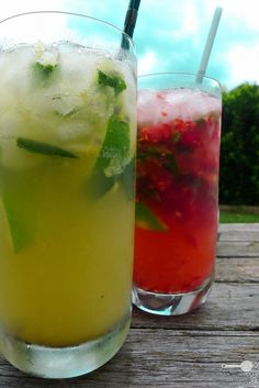 Raspberry lychee mojito and Passion fruit pineapple mojito =) Lychee Juice, Pineapple Mojito, Raspberry Mojito, Passion Fruit Mojito, Party Drinks, Fun Drinks, Alcoholic Drinks, Beverages, Gastronomia