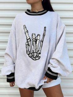 Sweatshirt Outfit, Grey Sweatshirt, Graphic Sweatshirt, Halloween Sweatshirt, Mein Style, Fashion Designer, Loose Sweater, Printed Sweatshirts, Cute Casual Outfits