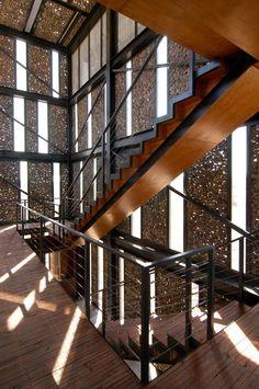 Gaviones con cristal por dentro. Metropolitan Park South Access / Polidura Talhouk Arquitectos. Fachada: http://www.pinterest.com/pin/486811040942557376/