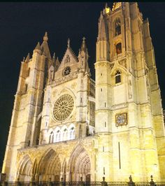 Níght view of Leon Cathedral!!#Leon #spain #catedraldeleon #cathedral #catedral #photooftheday #blogger #instablogger #instaart #instacool #instastyle #art #gothic #gothicarchitecture #gothicstyle #davidsevcab #travel #spectacular #elegant #instalove #perfection #view #instaview #cold #instanight #incredible #arquitectura #beauty #pretty #bestoftheday