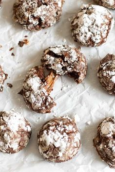 These rolo chocolate crackle cookies have a melted caramel center and are so addictive! Rolo Chocolate Crackle Cookies How is it already Monday, again? This past weekend flew by in a blur of trip planning, cooking Rolo Cookies, Crinkle Cookies, Xmas Cookies, Sugar Cookies, Baking Cookies, Rolo Chocolate, Chocolate Crackle Cookies, Chocolate Crinkles, Bakery Recipes