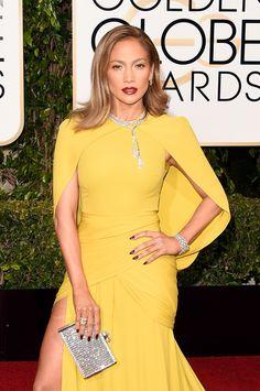 Bellissima Jennifer con uno dei nostri look preferiti. L'abito è di Gianbattista Valli in giallo brillante. Ottima la scelta del collier che ferma la cappa e del bracciale in diamanti.  -cosmopolitan.it