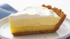 Massa:  - 2 copos americanos (175ml) de farinha de trigo  - ½ pacote de manteiga ou margarina  - 1 colher (sopa) de açúcar  - 1 pitada de sal  - 1 gema  - 4 a 5 colheres (sopa) de água gelada  - Recheio:  - Suco e raspas de 2 limões grandes  - 3 ovos  - 1 clara  - 1 copo americano (150ml) de açúcar  - 1 colher (chá) rasa de amido de milho  - Açúcar de confeiteiro para polvilhar