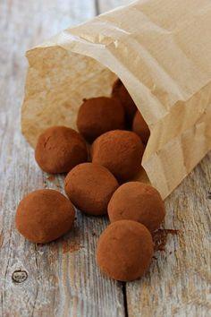 Čokoládu a máslo nakrájíme na malé kousky. Smetanu a kávu dáme společně zahřát, promícháme, aby se káva rozpustila. Horkou smetanu odstavíme z... Czech Recipes, Raw Food Recipes, Sweet Recipes, Snack Recipes, Cooking Recipes, Fruit Roll Ups, Wedding Sweets, Snacks, Mini Cakes