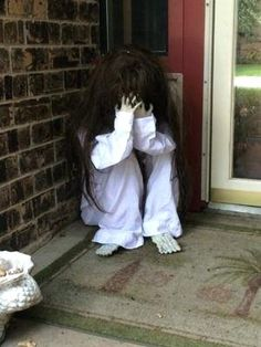 28 Popular Diy Halloween Outdoor Decorations For. If you are looking for Diy Halloween Outdoor Decorations For, You come to the right place. Here are the Diy Halloween Outdoor Decorations For. Halloween Veranda, Casa Halloween, Halloween Prop, Halloween Haunted Houses, Halloween Party Decor, Halloween 2018, Terrifying Halloween, Halloween Forum, Vintage Halloween