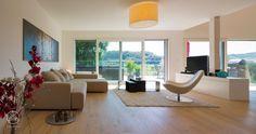 Baufritz Anbau Einfamilienhaus Schmid – modern und zugleich gemütlich eingerichteter Wohnbereich mit Echtholzparkett