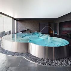 This is a gorgeous pool. #piscine #intérieure #spa