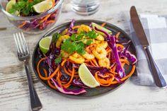Recept voor curry garnalen voor 4 personen. Met zout, olijfolie, peper, rode kool, wortel, limoen, garnaal, rode peper, koriander en kerriepoeder