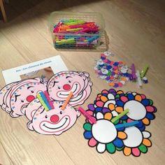 fijne motoriekhoek: haar van de clown Montessori, Kindergarten Art, Preschool Art, Theme Carnaval, Le Clown, English Fun, Circus Theme, Middle School Science, Kids And Parenting