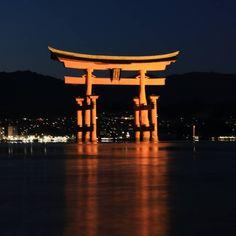 Iconic view. Without people at night it's always better!  Panaroma emblématique. Se promener sur la rive à la nuit tombée quand tous les visiteurs du jour sont partis c'est encore mieux !  #japan #japon #hiroshima #itsukushima #itsukushimashrine #torii #toriigate #nightphotography #longexposure #miyajima #miyajimaisland #iconic #famousview #famous #travel #visitjapanfr #japanlover #japan_of_insta #japanphoto #japantrip #japangram #explorejpn #eos70d #japankudasai