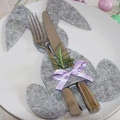 DIY: Napkin rings made of felt in egg shape - the perfect Easter decoration for the Easter . - DIY: Napkin rings made of felt in egg shape – the perfect Easter decoration for the Easter season - Hoppy Easter, Easter Bunny, Easter Eggs, Easter Table, Easter Party, Easter Dinner, Easter Projects, Easter Crafts, Holiday Fun