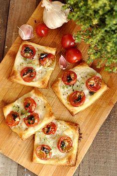 Francuskie ciastka z pomidorami i mozzarellą