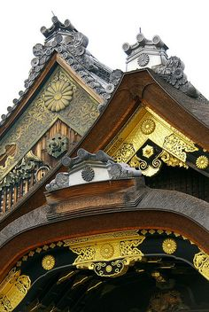 The Imperial Badge, Kyoto, Japan ~ this is roof of Nijo castle, in Kyoto. It was the residence of the Tokugawa shoguns when they visited from their own capital in Edo (Tokyo). This imperial crest suplanted the Tokugawa crest as a symbol of the. Geisha, Japon Tokyo, Kyoto Japan, Japanese Architecture, Amazing Architecture, Japanese Design, Japanese Art, Japanese Temple, Ancient Architecture
