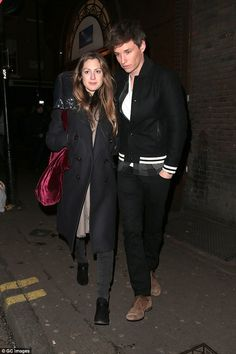 Eddie Redmayne puts a protective arm around pregnant wife | Daily Mail Online