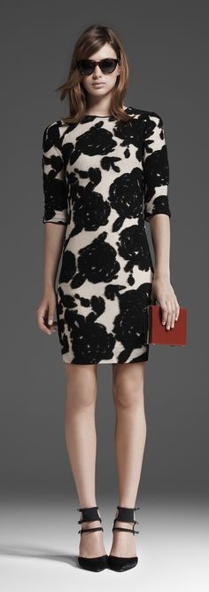 Belle robe, beaux escarpins. Un look fleuri que j'adopte.