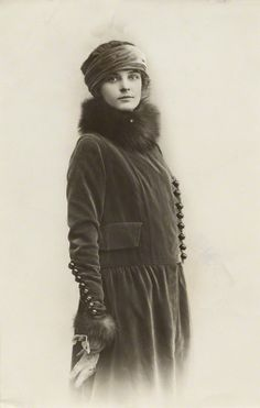 Saison Ciel: Photo. Late Edwardian fashion, ca WWI.