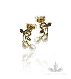 Urokliwe kolczyki wykonane ze złota próby 585 w kszatłcie wisienek. W kolczykach osadzono malutkie Perełki oraz białe Cyrkonie. Całkowita wysokość wzoru to około 1,2 cm. Zapięcie na sztyft.