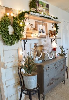 DIY open shelving winter decor look Christmas Style, Country Christmas, All Things Christmas, Merry Christmas, Modern Country, Bedroom Walls, Vintage Porch, Primitive Homes, Christmas Decorations