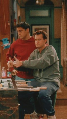Joey and Chandler Friends Scenes, Friends Cast, Friends Episodes, Friends Moments, Friends Tv Show, Friends Forever, Chandler Friends, Hxh Characters, Whatsapp Wallpaper