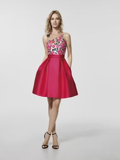 Are you looking for a cocktail dress? This is a short pink dress (GLEDA model) with a bateau neckline and with tattoo effect back. Short sleeveless dress (mikado and thread embroidery)