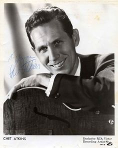 Chet Atkins C. Chet Atkins was one of the finest guitar players I've ever heard! Country Music Videos, Country Music Artists, Country Singers, Classic Country Artists, Guitar Reviews, Chet Atkins, Dear Dad, George Strait, Music People