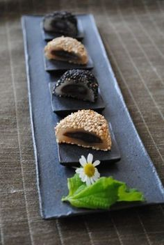 Bite-sized Japanese Sweets - what a lovely way to serve them - individual dishes on a long tray (and a single flower decoration) Japanese Wagashi, Japanese Cake, Japanese Sweets, Japanese Food, Desserts Japonais, Cute Food, Yummy Food, Asian Desserts, Gourmet Desserts