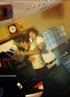 They can't hide the fact that Larry is true not even management Larry Stylinson, Louis Tomlinson, Harry Styles 2011, One Direction Louis, Dont Love Me, Larry Shippers, Mutual Respect, Louis And Harry, Wattpad