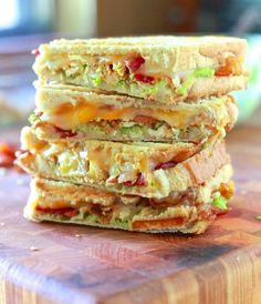 Chicken, Bacon and Avocado Panini ~Another great idea for Corey to try. Maybe use turkey bacon and grilled chicken breasts to make it a little healthier. Might have to check into getting a Panini make(Pimento Cheese Rollups) Think Food, I Love Food, Good Food, Yummy Food, Yummy Yummy, Delish, Chicken Recipes, Chicken Bacon, Turkey Bacon