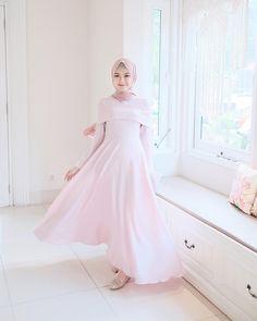 Morning🌞 Happy sunday gaiss!✨ . Dress by @puthic.id so cute!🌸 Ootd Hijab, Hijab Dress, Hijab Outfit, Hijab Fashion, Women's Fashion, Dress Brokat, Kebaya, Happy Sunday, Eid