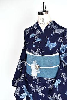 濃紺色地に繊細な白のラインで描き出されたふわりと舞う蝶々美しい注染レトロ浴衣です。