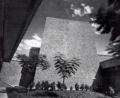Patio interior, Centro de Seguridad Social (IMSS), Villahermosa, Tabasco, México 1967  Arq. Salvador Ortega Flores  Foto. H. Beacham -  Interior court yard, Social Security , Villahermosa, Tabasco, Mexico 1967