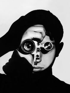 Photographer Dennis Stock Holding Camera to His Face Lámina fotográfica by Andreas Feininger