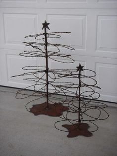Barbed Wire Trees ~ A great idea for a Western Country Christmas Tree! Cowboy Christmas, Noel Christmas, Country Christmas, Christmas Projects, Winter Christmas, Barb Wire Crafts, Barbed Wire Art, Art Fil, Wire Trees