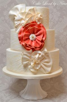 Cake Decorating: Fabric looking flowers.  So elegant, but modern