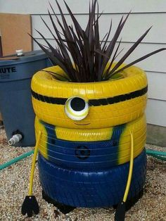 Minion Painted Planter Made with Old Tires. Garden Crafts, Garden Projects, Garden Tools, Garden Ideas, Tire Garden, Garden Planters, Old Tire Planters, Recycled Planters, Minion Craft