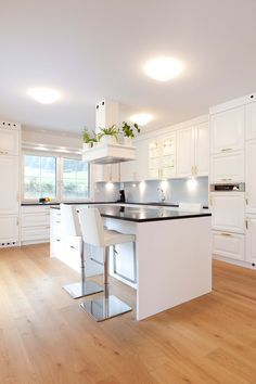 Helle, offene Küche mit Verbindung zu Ess- und Wohnbereich Villa, Classic, Garden, Kitchen, Table, House, Furniture, Home Decor, Open Living Area