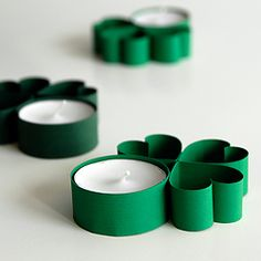 Easy step-by-step tutorial for St Patrick's Day table lights and paper shamrock decorations. #StPatricks #Decorations
