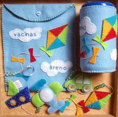 Capa para lenços umidecidos, móbile 4 peças e capa para carteira de vacina.  Em feltro, com aplicações no tema escolhido, personalizada com o nome do bebê. R$56,00