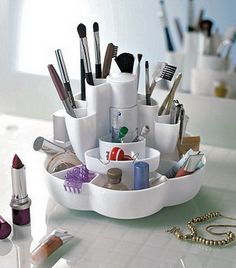 Ideas for storing all your makeup and cosmetic tools in a practical unit.    http://www.interiordesigning.net/cool-makeup-storage-ideas/