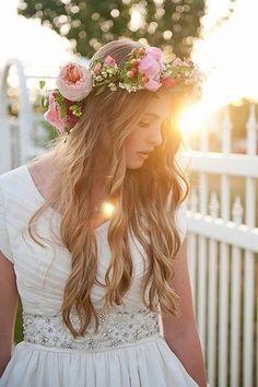 Die schönsten Brautfrisuren 2015: Wir sagen Ja zu diesen Haar-Trends! Boho Braut mit Blumenkranz Frisur auf www.gofeminin.de/hochzeit/album758440/die-schonsten-brautfrisuren-2015-wir-sagen-ja-zu-diesen-haar-trends-0.html#p7