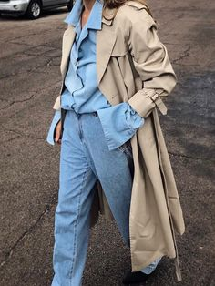 Double denim and a trench coat. Trench Coat Outfit, Trench Coat Style, Burberry Trench Coat, Quoi Porter, Double Denim, Streetwear Fashion, Passion For Fashion, Winter Outfits, What To Wear