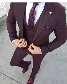 Ideas For Moda Masculina Formal Suits Menswear Mens Fashion Suits, Mens Suits, Fashion Menswear, Suit For Men, Black Suit Men, Tuxedo For Men, Burgundy Suit, Maroon Suit, Purple Tuxedo
