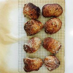 Grovboller – lavet med surdej og kærnemælk 16 stk. sværhedsgrad: let arbejdstid: 20 min æltning: 20 min hævetid: 12 timer bagetid: 15-20 min TIP: dejen kan også bruges til grovbrød, så skal dejen blot deles i 2 og brødene bages i ca. 35-40 min. God fornøjelse... Dej til grovboller med surdej 3 spsk fuldkornssurdej (find opskrift her) 6 g gær 5 dl kokdt vand 1,5 dl kærnemælk 470 g hvedemel 160 g fuldkornshvedemel 18 g havsalt 1 dl hørfrø 1 dl solsikkekerner + 1 spsk solsikkeolie og lidt mel…